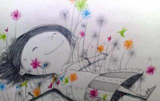 Niña-feliz-tumbada-entre-flores-de-colores